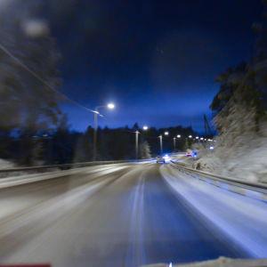 Bil på vinterväg.