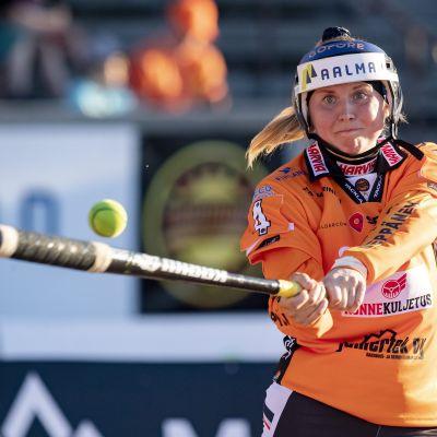 Kirittärien Emma Körkkö oli kentän kuningatar Jyväskylässä keskiviikkona kahdella kunnarilla naisten Superpesiksen ottelussa Kirittäret vs. Siilinjärven Pesis Jyväskylässä 2. kesäkuuta 2021.