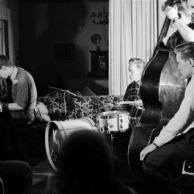 Jazz-bändi harjoittelee olohuoneessa Munkkiniemessä 1950-luvulla.