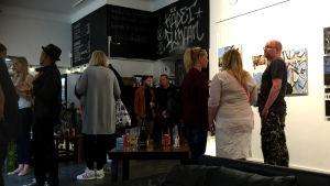 Människor som minglar på Galleri Rupla.