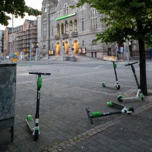 Sähköpotkulautoja on pysäköity sikin sokin Kansallisteatterin edustalla