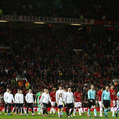 Manchester Unitedin ja Zoryan pelaajat astelevat kentälle.