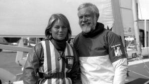 OS-seglarna Paul och Trine Elvström framför sin båt på kajen.