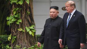 Donald Trump och Kim Jong-Un under en paus i samtalen i Hanoi 28.2.2019