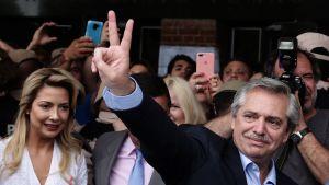 Alberto Fernández, från den vänsterperonistiska alliansen Frente de Toros, gjorde segertecknet redan utanför sin vallokal i Buenos Aires på söndagen.