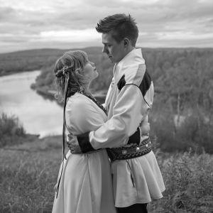 Annan ja Markun häitä vietettiin syksyllä 2015. Samalla Lumisalmesta ja Kiviniemestä tuli Lumikiviä. Markun lapsuudenkodin lähellä otetuissa hääkuvissa hempeilevät sattumien yhteensaattelemat sukulaissielut.