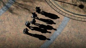 viisi tuntematonta miestä varjoineen