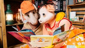 Bärtil och Isa gris läser