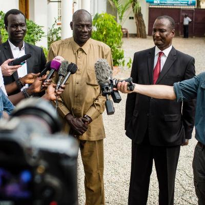Sydsudanesiska ministrar vädjar om lugn efter strider i Juba.