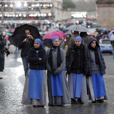 Nunnor väntar på konklavens resultat