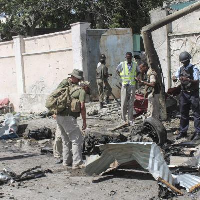 Fyra personer omkom när en självmordsbombare från al-Shabaab attackerade en FN-konvoj nära Mogadishus flygplats i början av december 2014.