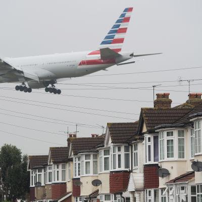Flygplan flyger över hus på väg till Heathrow i London.