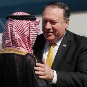 USA:s utrikesminister hälsar på sin saudiska kollega Adel al-Jubeir på flygplatsen i Riyadh