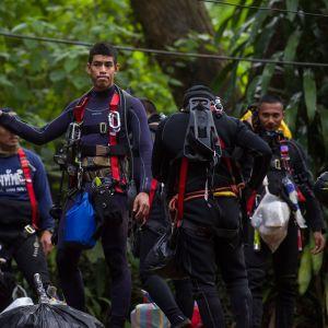 Thailändska räddningsdykare förberedde sig för ännu en dykning in i grottsystemet på torsdagen.