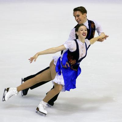 Olesia Karmi och Max Lindholm tävlar i isdans.