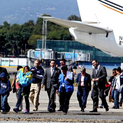Fyra utvisade mammor och tio barn anländer från USA till Guatemala den 6 januari i år. Den nya utvisningsvågen väcker omfattande protester i USA