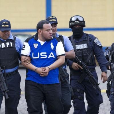 En tredjedel av över 900 äldre polisofficerare avskedas i Honduras för sina kontakter till narkpotigäng. Här utlämnas affärsmannen Sixto Obed Argueta till USA för att ställas inför rätta för narkotikabrott