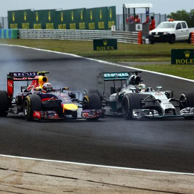 Ricciardo åker förbi Hamilton.