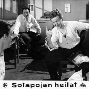 Tommi Rinne, Sakari Halonen ja Lasse Pöysti alokkaine elokuvassa Sotapojan heilat.