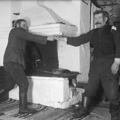 """Två män leker leken """"dra fingerkrok"""". Bilden är tagen i Strömfors, Kungsböle 1936."""