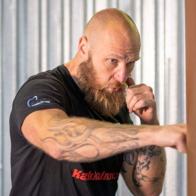 Robert Helenius slår på en boxningssäck.