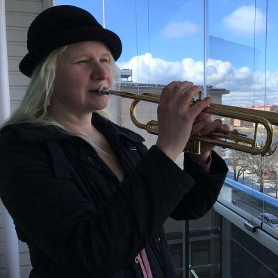 Katja Inkala soittaa trumpettia parvekkeellaan Savonlinnassa.