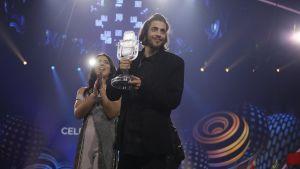 Salvador Sobral tar emot priset efter att ha vunnit Eurovisionen.