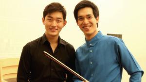 Victor Li Zeyu ja Richard Lin olivat kilpailuissa peräkkäin. He olivat jo hyvin ystävystyneet ja Victor jäi odottamaan kaveriaan oman soittonsa jälkeen.