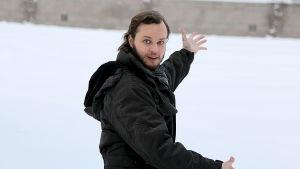 Tenori Markus Nykänen Kansllisoopperan takana lumihangessa.