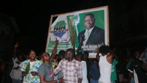 Oppositionsledaren Julius Maada Bios anhängare firar segern i huvudstaden Freetown