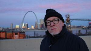 Eric Saarinen. Taustalla hänen isänsä Eeron suunnittelema Gateway Arch