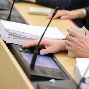 närbild på omröstning i riksdagen