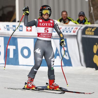 Sofia Goggia sträcker armen i luften