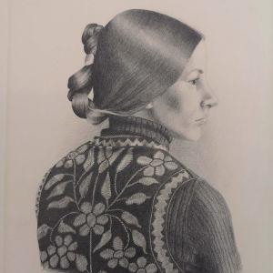 Lyjykynäpiiroksessa nuoren nutturapäisen naisen profiili, jolla päällään kukin koristeltu liivi.