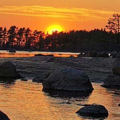Auringonlasku Kotkan Santalahdessa.