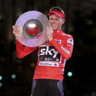Chris Froome tar emot pris efter La Vuelta.
