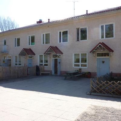 Daghemmet Pjånkis från gårdssidan.