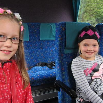 Stella och Frida Noreila på väg hem från skolan