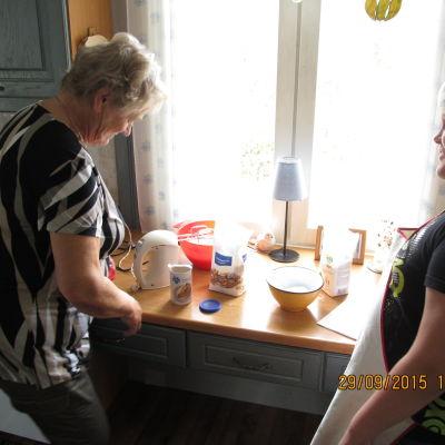 Birgitta och Emil bakar.
