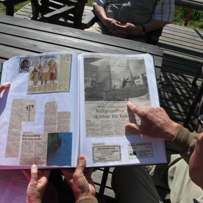 Monika Nissander och Börje Andersson tittar i en av nio klippböcker.