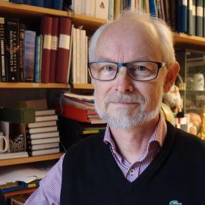 Silvervattenföretagaren Anders Sultan uppmanar sina anhängare att motarbeta Dan Larhammar, professor i molekylär cellbiologi vid Uppsala universitet.