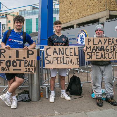 Chelseafans protesterar utanför Stamford Bridge.