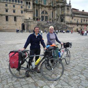 Kersti Juva harrastaa vaimonsa Juliette Dayn kanssa pyöräilyä. Kuva on otettu Espanjassa Santiago de Compostelan katedraalin edessä, jonne pariskunta pyöräili 1500 kilometriä Le Puy-en-Velaysta Ranskasta.