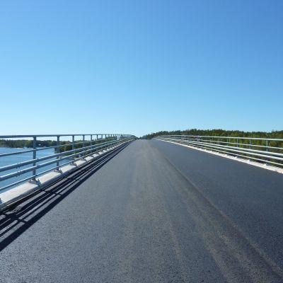 Lövö bron är en sevärdhet i sig under en rundtur på Kimitoön.