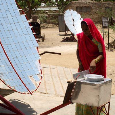 Sita Devi visar hur ett solkök fungerar