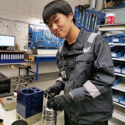 Seo Junggwon asentaa hydraulilaitetta