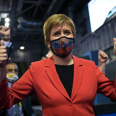 Skotlannin itsenäisyyttä ajavan SNP-puolueen puheenjohtaja Nicola Sturgeon tuuletti puolueensa voitettua alueparlamenttivaalit.