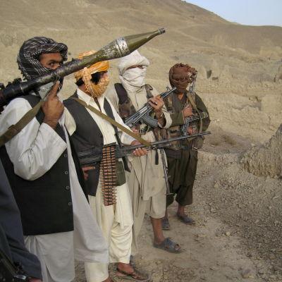 Talibaner bland bergen i Afghanistan oktober 2008.