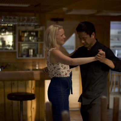 Anna-Maija Tuokko ja Chu Pak Hong tanssivat ravintolassa Mestari Cheng -elokuvassa