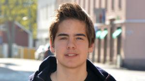 En ung man med mörkt hår.